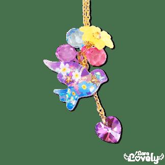 花を抱いた鳥のネックレス
