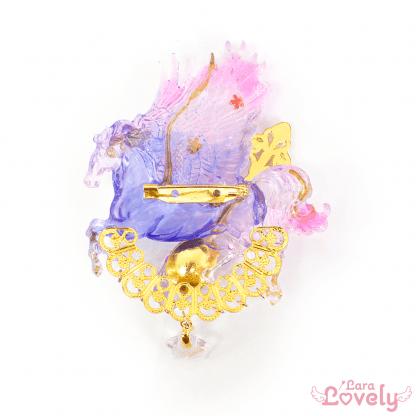 鉱石を運ぶ若紫色のペガサスブローチ